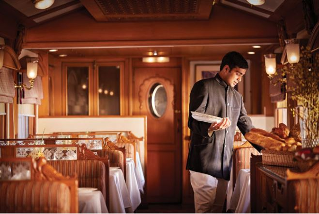 Service-Restaurant-Deccan-Odyssey